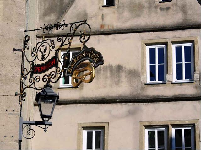 Einladend: das Ladenschild für eine Bäckerei und Café in Ochsenfurt © Copyright Monika Fuchs, TravelWorldOnline