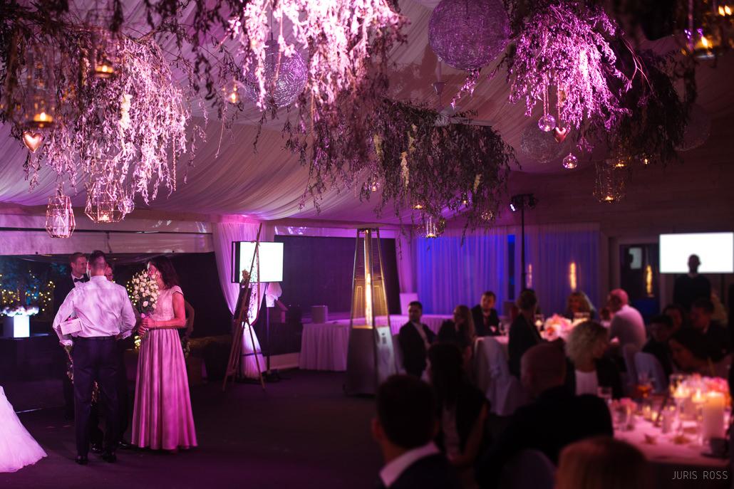 kāzu banketa apgaismojums un kazu dekors pie grieztiem