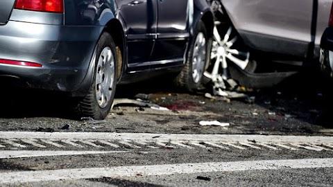 Összeütközött két autó Szegeden, a járdán álltak meg