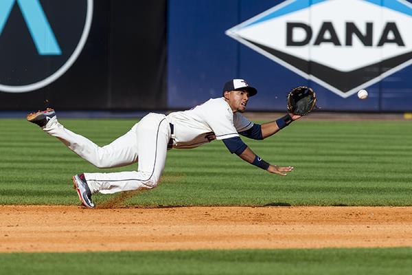 VIDEO Dixon Machado reaparece en #MLB y casi falla la jugada...