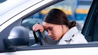 девушка спит за рулем