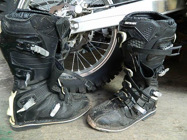Sekitar setahun dua orang anggota tim CHEELA memakai sepatu cross offroad  produk NO FEAR tipe Trophee. Sepatu ini enak dipakai fa1c73ee0e
