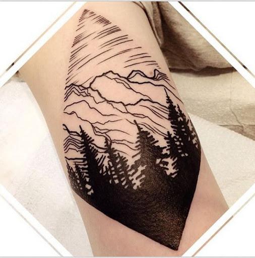 Aqui está outra floresta tatuagem com uma montanha rochosa. É o conjunto de costume, até para as florestas e montanhas, e ele poderia fazer você se sentir mais perto da natureza, mesmo se ele é apenas uma tatuagem.