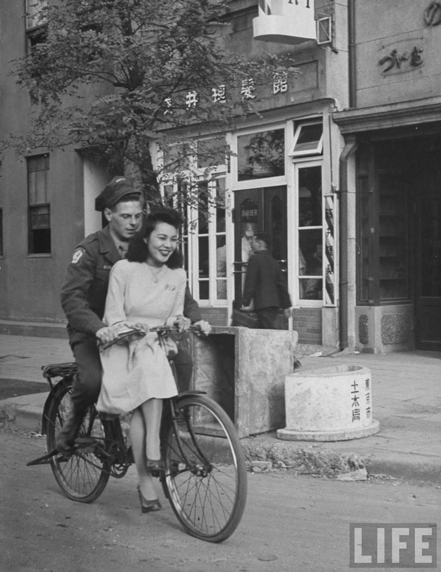 60 + 1 Heart-Warming Historical Pictures That Illustrate Love During War - US Soldier Giving Japanese Girl A Bicycle Ride, With Handlebar Riding Forbidden, 1946, Japan