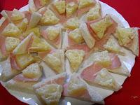 Triángulos de jamón York, piña y queso.