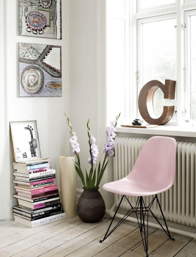 detalle de salón con silla Eames en color rosa