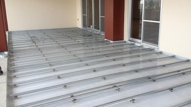 セランガンバツウッドデッキ施工中の写真(鋼製床)