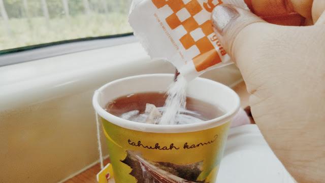 menikmati teh panas dalam perjalanan naik KA