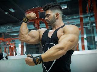 Culturista haciendo pose de bíceps