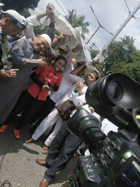 Foto Epik Jurnalis Dipayungi Peserta Aksi 112, TvOne: Alhamdulillah, Terima Kasih ya Bapak-Bapak