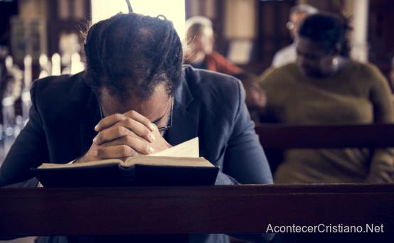 Hombre es tocado por mensaje en iglesia