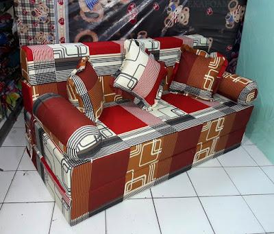 Sofa bed inoac dengan corak motif sirkuit coklat