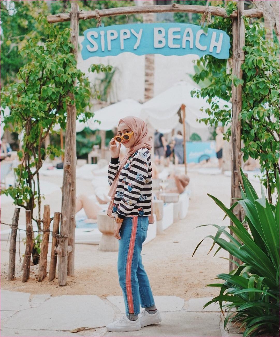 Outfit Celana Jeans Untuk Hijabers Ala Selebgram 2018 sweaters stripe putih hitam hijab pashmina diamond krem pants jeans denim ciput rajut sneakers kets putih jam tangan krem kacamata oren muda kaos kaki abu ootd trendy