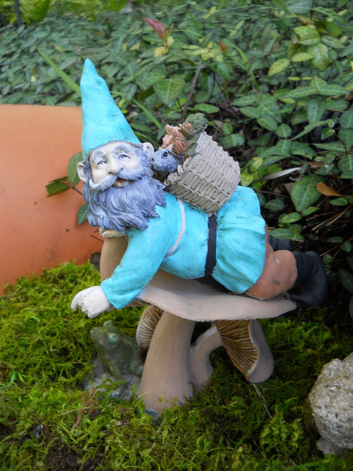 Gnome Garden: My Crazy Quilt Life: Gnome Hang-out And Toad Abode