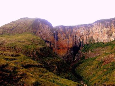 Vista frontal Cachoeira do Tabuleiro - MG
