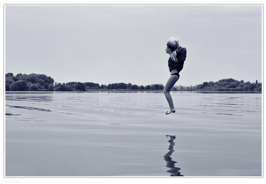 фотосессия с прыжками в платье в воду