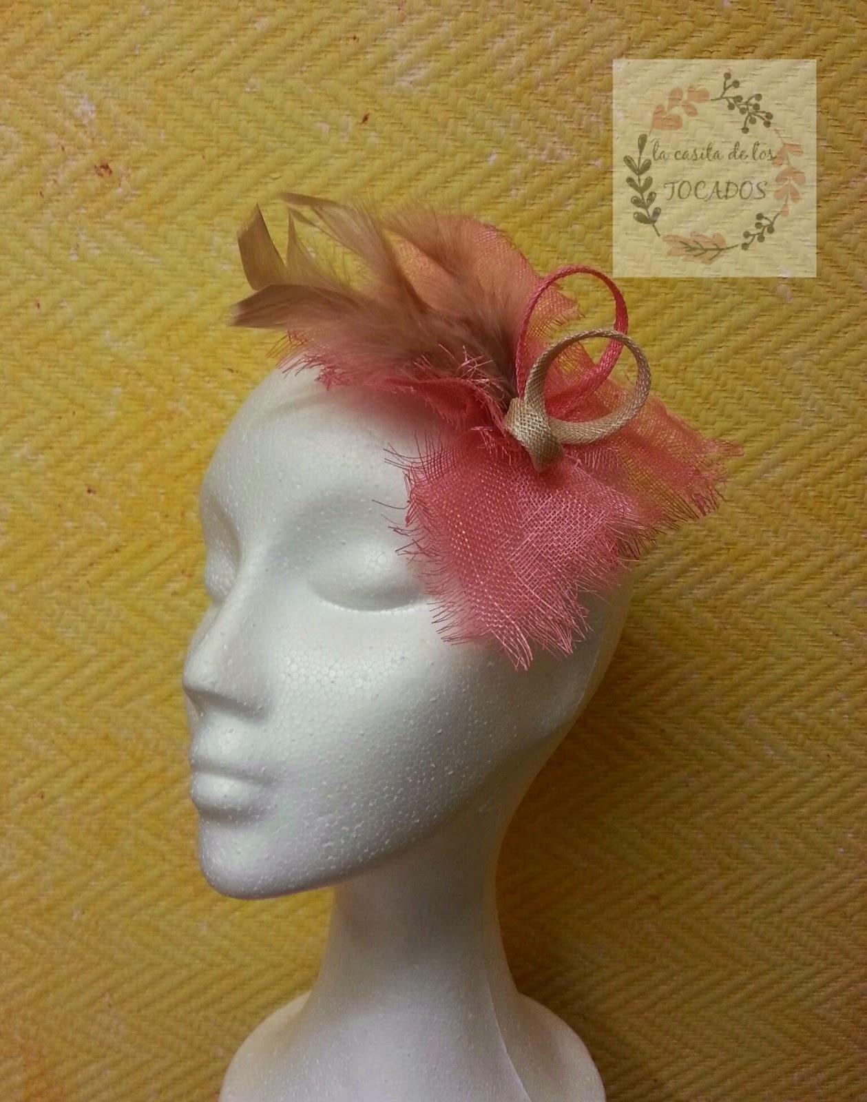 tocado para boda en colores coral y beige con plumas