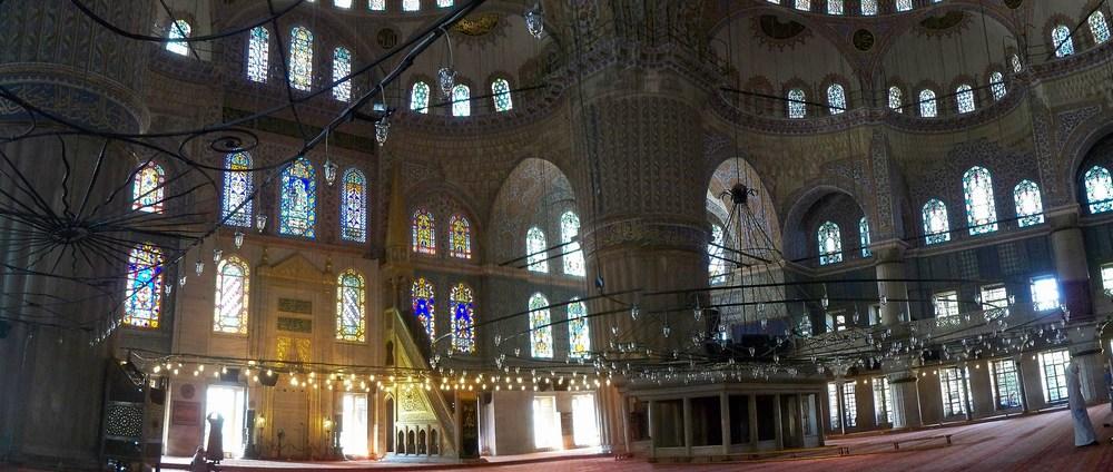 Voici l'intérieur magistral de la Mosquée Bleue : 21 000 carreaux de céramique bleue d'Iznik ! La décoration se partage entre végétation (cyprès, fleurs, fruits…) et versets du Coran. Toutes les lampes qui éclairent la vaste salle étaient autrefois recouvertes d'or. Le sol quant à lui est intégralement recouvert de tapis offerts par les fidèles. C'est immense !