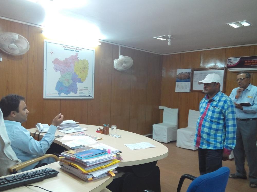 ceo-anurag-choudhry-sarpanch-sachiv-peshi-jhabua-बीआरजीएफ योजना के अपूर्ण निर्माण कार्यो के लिए सीईओ जिला पंचायत ने ग्राम पंचायतो के तत्कालीन सरपंच/सचिव की पेशी लगाई