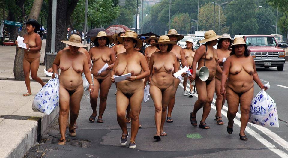 Chica joven con grandes tetas en public street orgy parte 1 7