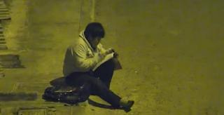 10χρονος διαβάζει στον δρόμο επειδή στο σπίτι δεν έχουν ρεύμα