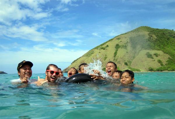 Berenang dan surfing di Pantai Selong Belanak
