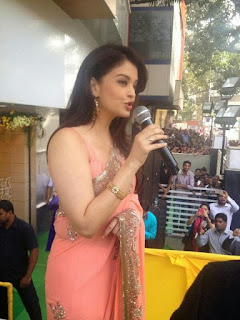 Aishwarya Rai Talking On Mike In Pink Saree