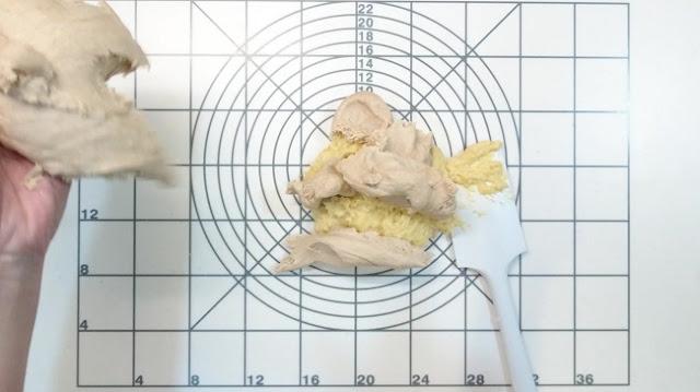 與前述水合法的麵糰混勻,揉至稍微出筋後,把麵糰攤開加鹽,再揉至更具延展性時,把麵糰攤開加入奶油