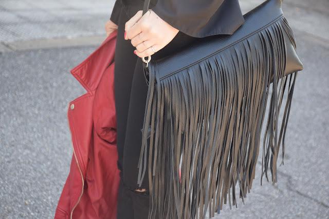 borsa nera con frange outfit borsa con frange come abbinare la borsa con frange abbinamenti borsa con frange  anelli boho anelli falange