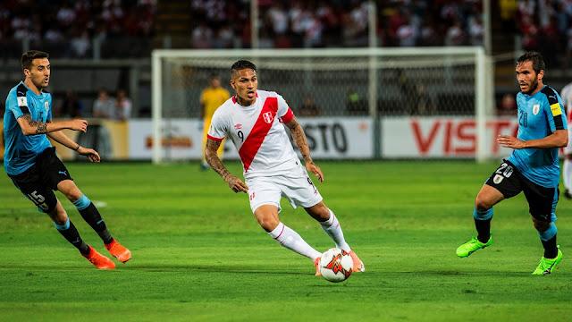 El peruano Paolo Guerrero controla el balón en el juego de futbol entre Perú y Uruguay en la eliminatoria de Conmebol a Rusia 2018