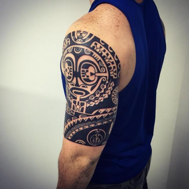 tatuaje en el hombro de dios tiki para hombre