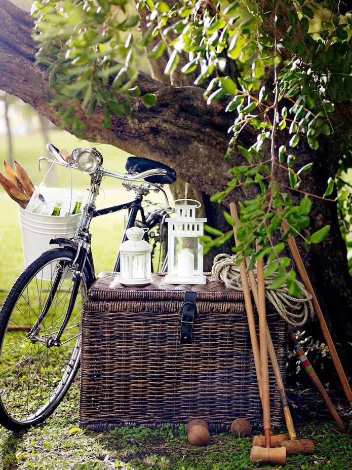 Picnic al aire libre con farolillos, cestos, una bicicleta