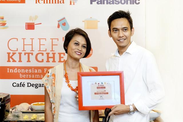 Mba Novi selaku perwakilan majalah Femina menyerahkan cinderamata kepada mas Rizky perwakilan dari Panasonic Cooking
