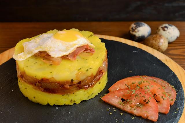 Pastel de patatas, jamón y huevo de codorniz.