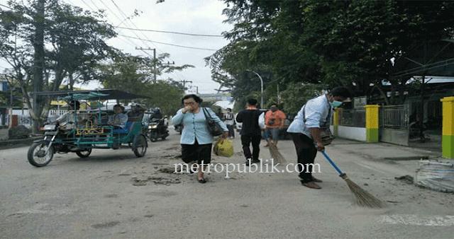 Ciptakan Lingkungan Sehat Puluhan Masyarakat Lakukan Giat Bersih-Bersih