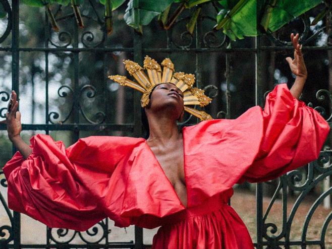 Xênia França evidencia a luta e enaltece raízes africanas no videoclipe de 'Pra Quê Me Chamas?'