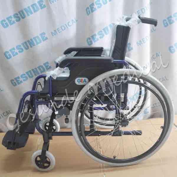 Menjual kursi roda