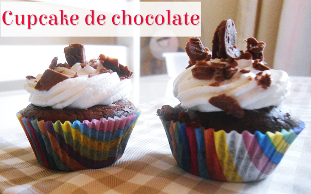 Cupcake de chocolate com cobertura de chantilly e raspas de chocolate