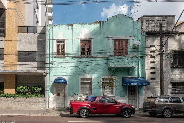 Casa com dois andares na Rua Presidente Carlos Cavalcanti