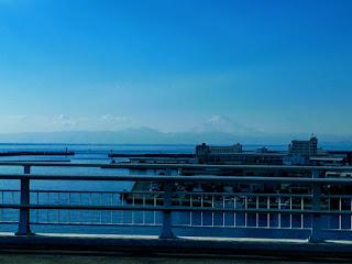 海の向こうに遠く見える富士山