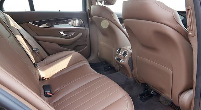 Băng sau Mercedes E250 2017 thiết kế rộng rãi và thoải mái.