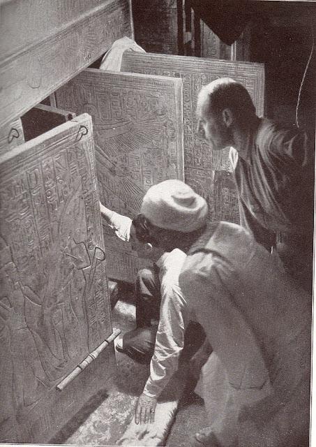 Howard Carter y sus socios abriendo las puertas del santuario de la cámara de la tumba de Tutankamón. Recreación en 1924 del acontecimiento de 1923