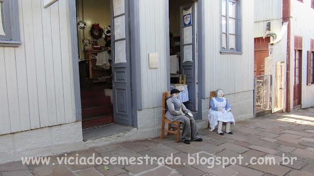 Nono e a nona em frente ao casarão histórico