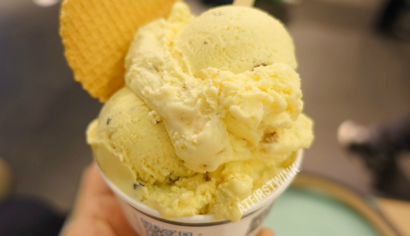 De IJssalon ice cream gelato parlor Rotterdam the Netherlands three scoops white chocolate almond crunch cookie dough close up
