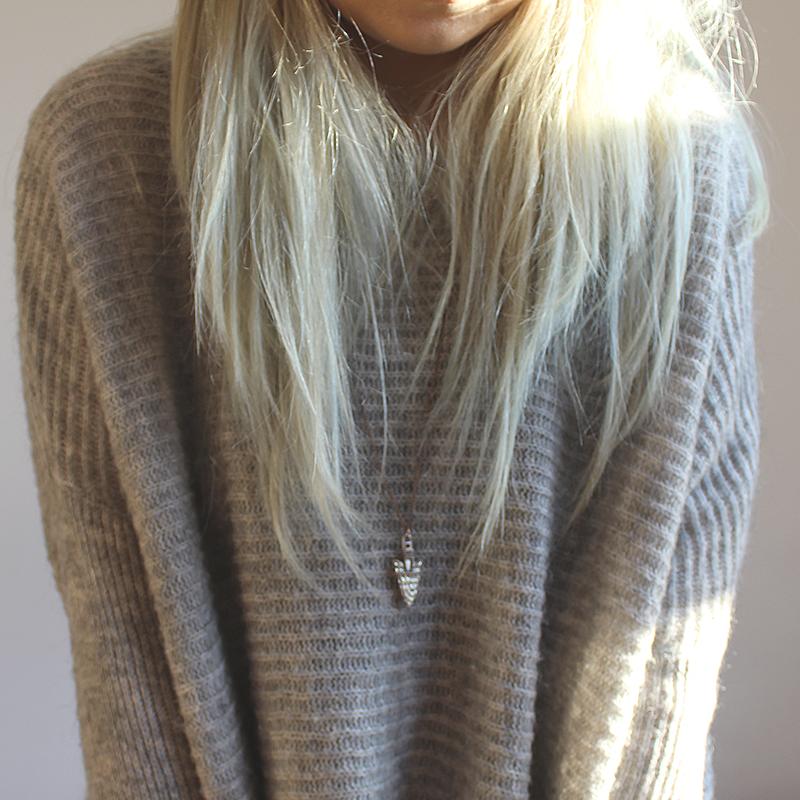 szary sweter, białe włosy, oversize