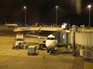 Aeronave estacionada no portão