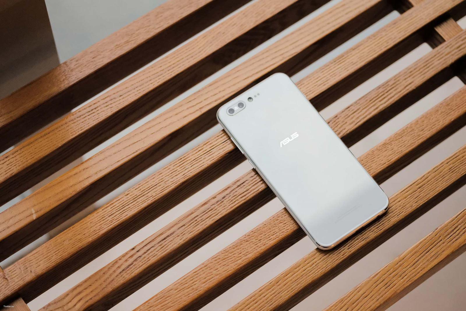 Chiếc Zenfone 4 Pro cao cấp nhất thì vẫn chưa có thông tin gì, những chúng ta hãy cùng ngắm những hình ảnh thực tế và chính hãng của máy nhé.