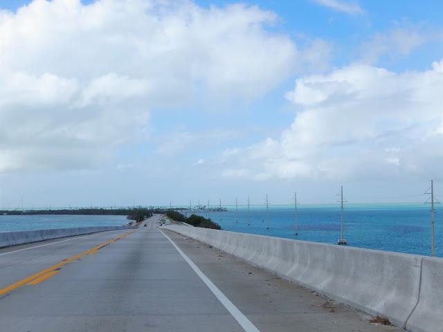 Tramo de carretera sobre el mar.