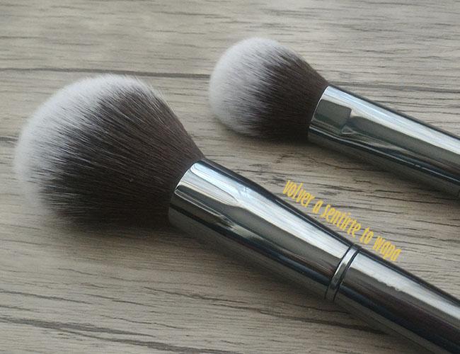 Brochas de Colorete e Iluminador de la gama Luxury Grey de MAIKO