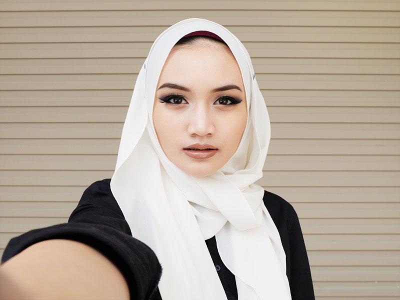 Bruneian Hijjabi wearing ShawlbyVsnow